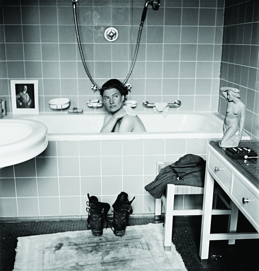 USE-AS-MAIN-Lee-Miller-in-Hitlers-bathtub-Hitlers-apartment-Munich-Germany-1945-By-Lee-Miller-with-David-E.-Scherman